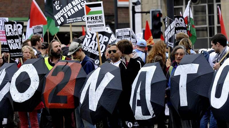 Medio millar de personas se manifiestan contra la OTAN
