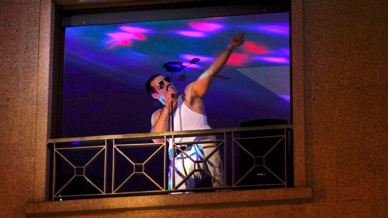 La vida de Ourense en sus balcones.Familia de Santa Icía que participó en las fiestas diarias de las ocho de la tarde, ideadas por su vecino Abel Muíño