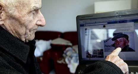 Francisco Lestegás, 104 años, arriba con su familia y debajo viéndose en Internet.