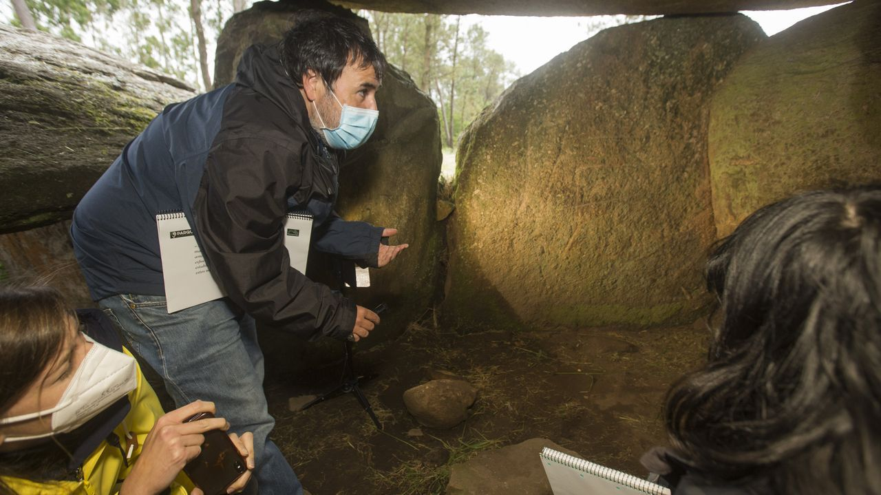 Repasa los dólmenes de Vimianzo, Zas, Dumbría y Mazaricos, en la segunda jornada Parque do Megalitismo.Claudia Rodríguez, Iria Regueiro y Ana Rodríguez, en el pazo de Arenaza