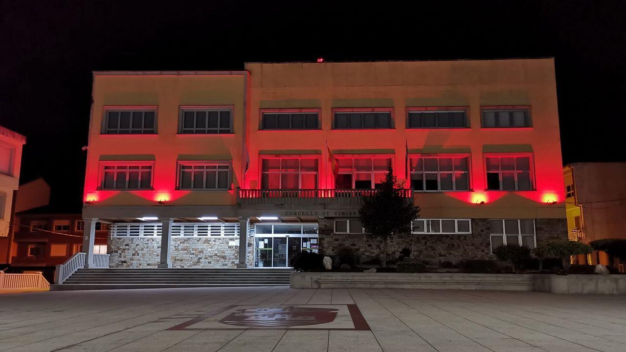 La Costa da Morte se tiñó de rojo para honrar a la Cruz Roja.Playa de Razo, en Carballo