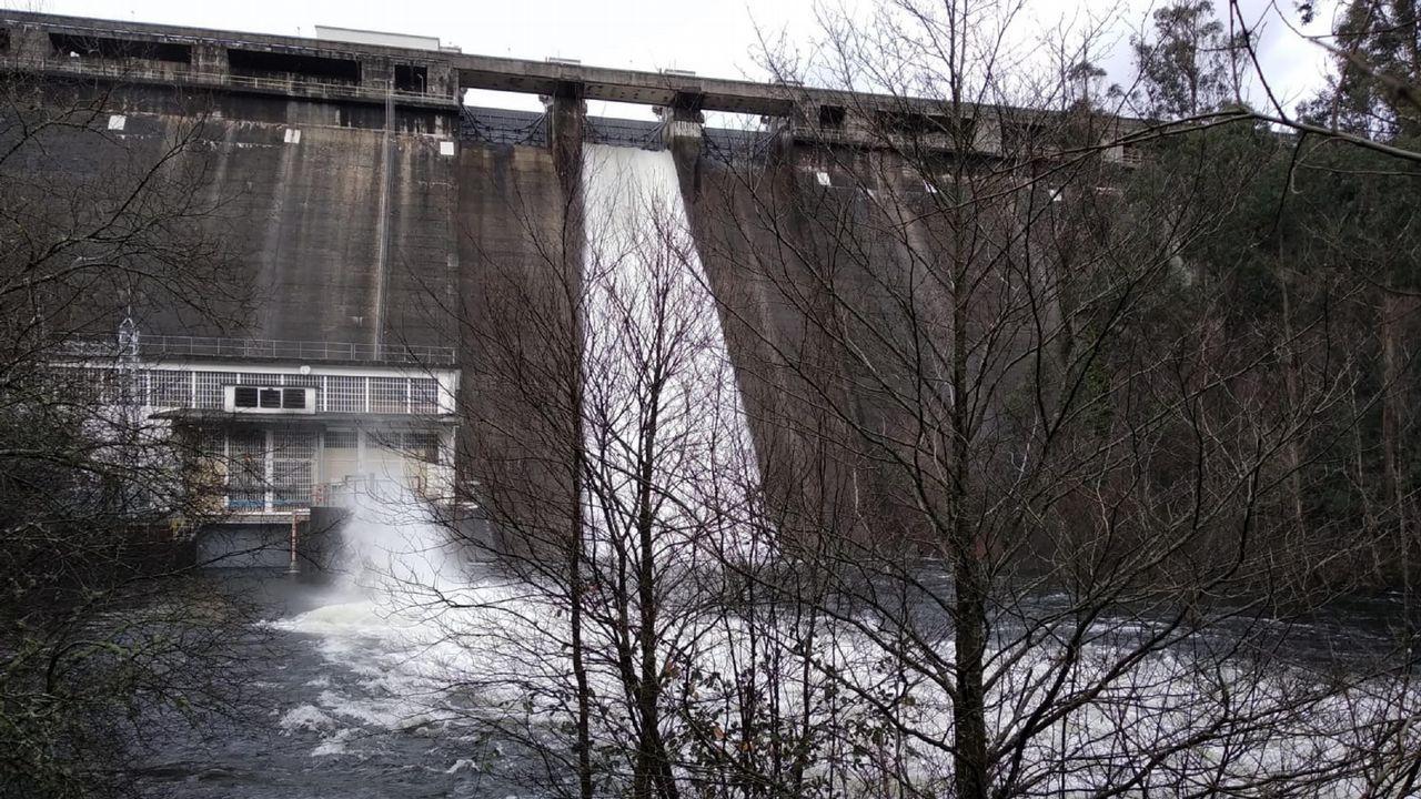 Embalse de A Ribeira, en As Pontes, con una de las compuertas abiertas por la lluvia