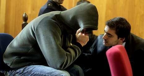 Un abogado habla con el acusado en el momento en el que este perdió el control y se puso a llorar durante la sesión de ayer.