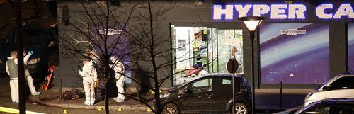 Asalto de la policía a la tienda judía.La conselleira, ante la unidad de aislamiento del Meixoeiro, que tiene dos habitaciones.