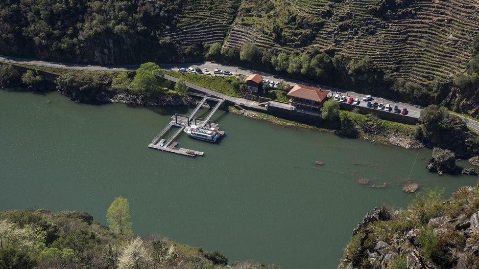 Otro aspecto del embarcadero de Doade desde el mirador. De este lugar parten las rutas de catamaranes del cañón del Sil