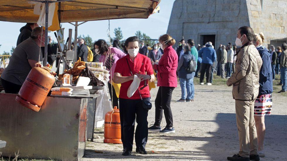 Ambiente en los puestos de venta ambulante tras una de las misas de la mañana