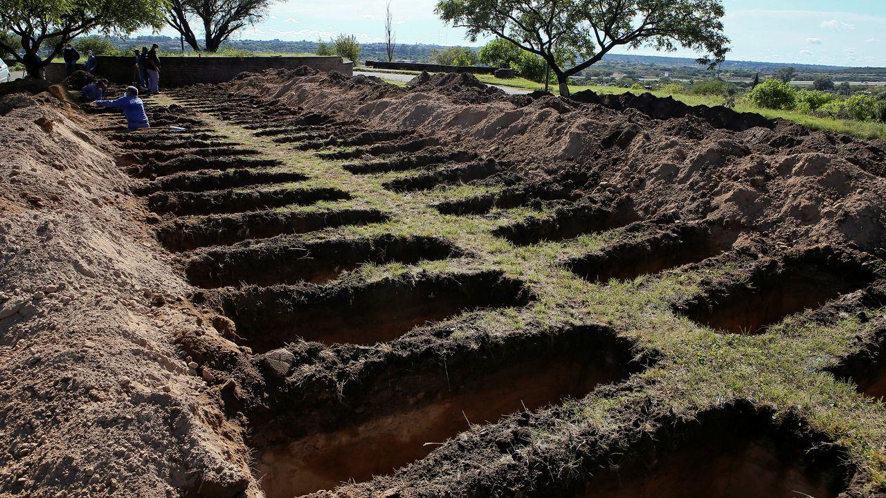La pandemia en el mundo.Empleados municipales y ejército abren nuevas tumbas en el cementerio de San Vicente, en la provincia argentina de Córdoba, para las víctimas del coronavirus