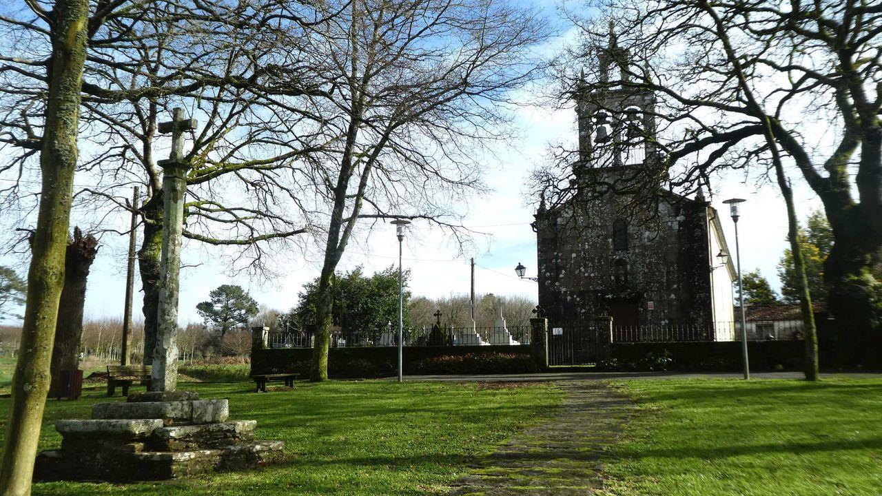 Imagen de la iglesia de San Cristovo de Enfesta, con el cruceiro en primer plano