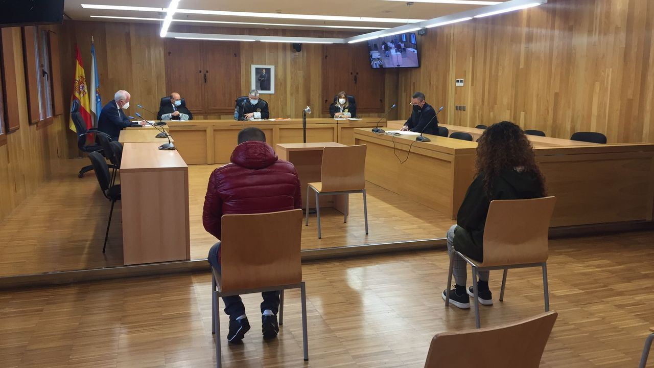 Los dos acusados sentados ante el tribunal durante el juicio, celebrado en la Audiencia Provincial de Lugo