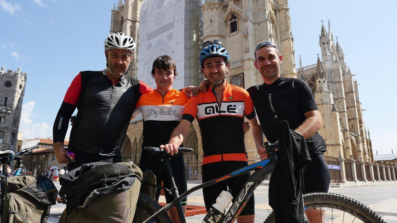 Koldo, Unai, Iñaki y Aitor, ante la catedral de León