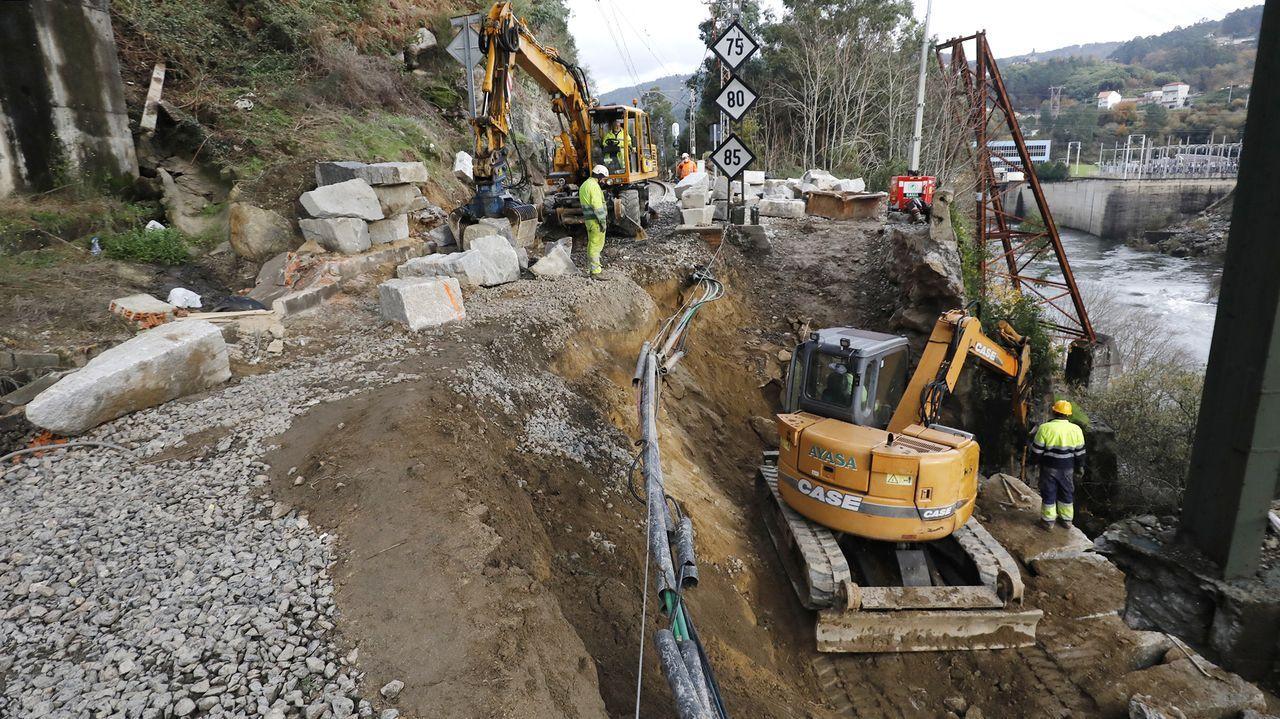 La vía ha desaparecido literalmente en la zona donde se produjo el socavón, cerca de la estación de Frieira (Crecente)