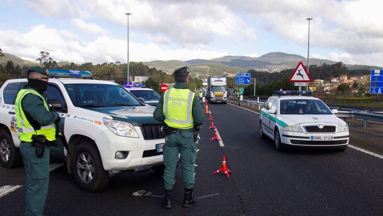 Llegada de la cruz de Lampedusa a Oia.Efectivos de la Guardia Civil en un control de acceso instalado en el Puente Internacional de Tui (Pontevedra)