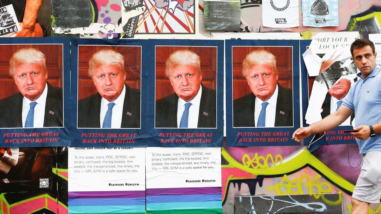 Carteles en los que se mezclan los rasgos de Boris Johnson y Donald Trump en las calles de Londres
