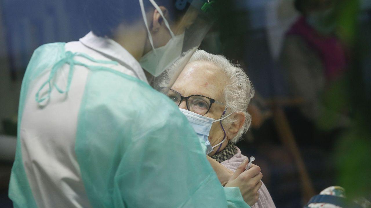 Así fue la visita de Elisabeth a su hermano Luistras salir de la uci.Trabajadores y usuarios de la residencia Porta do Camiño de Santiago reciben la segunda dosis de la vacuna de Pfizer, el pasado 17 de enero