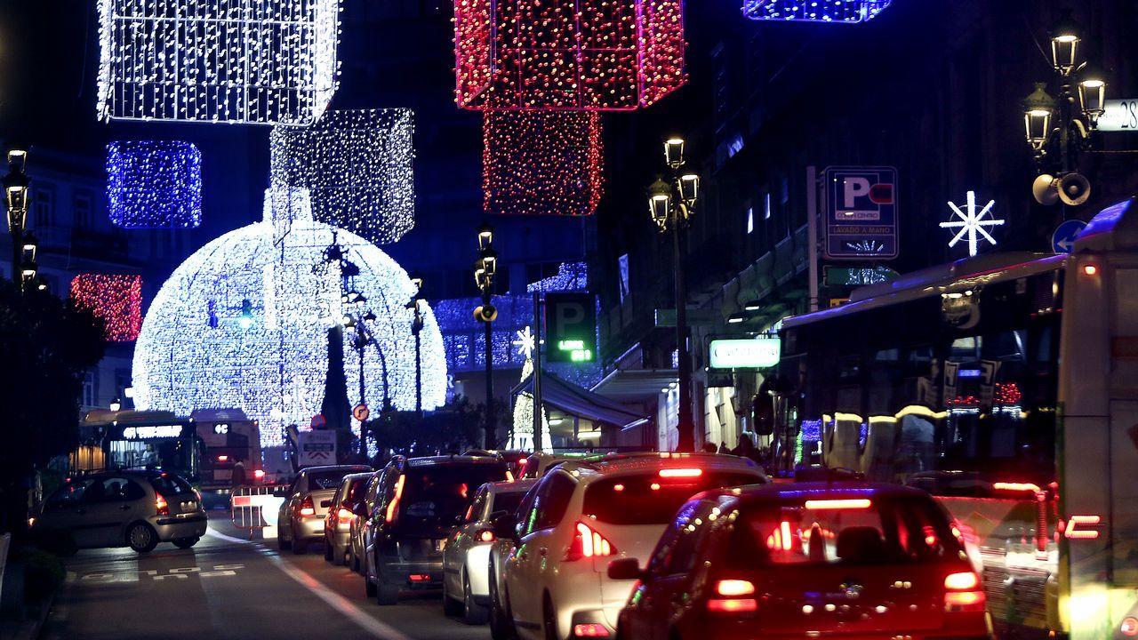 Carril de tren de Arcelor, en Veriña.En Vigo. El espectacular alumbrado navideño empieza a funcionar sobre las 18.00 horas. De momento está siendo un éxito