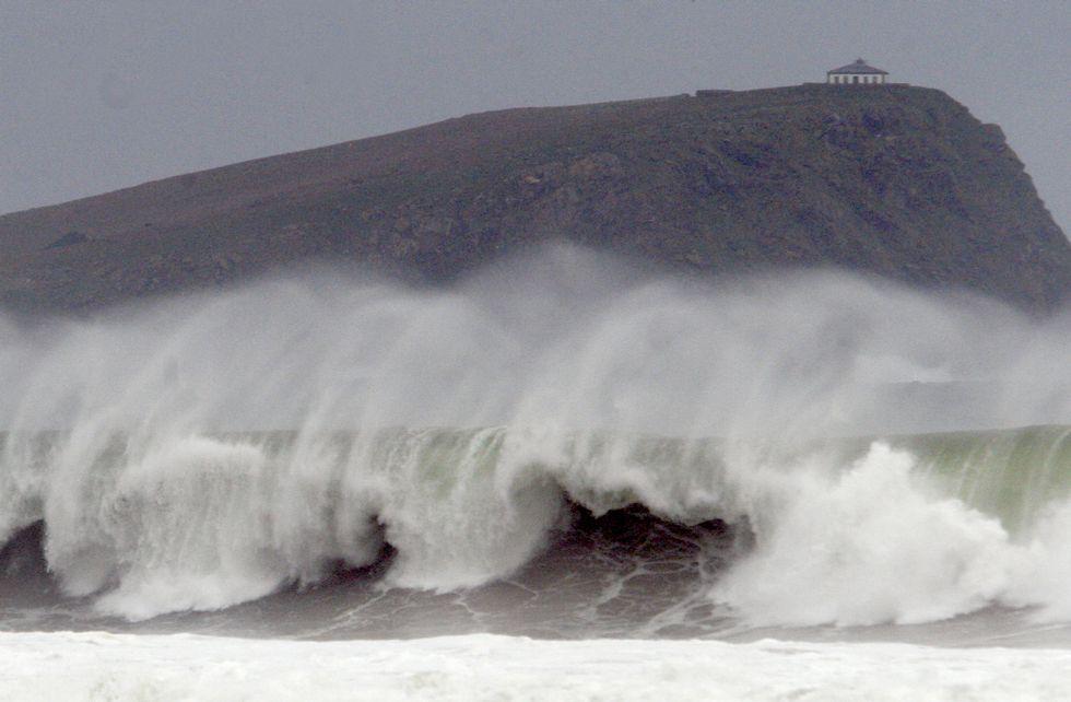 Las mejores imágenes del faro de Illa Pancha.Esta imagen tomada ayer en San Román, en O Vicedo, refleja la virulencia del oleaje en A Mariña.