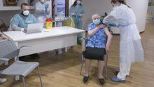 Pepita, la primera asturiana que recibe la segunda dosis de la vacuna contra el coronavirus