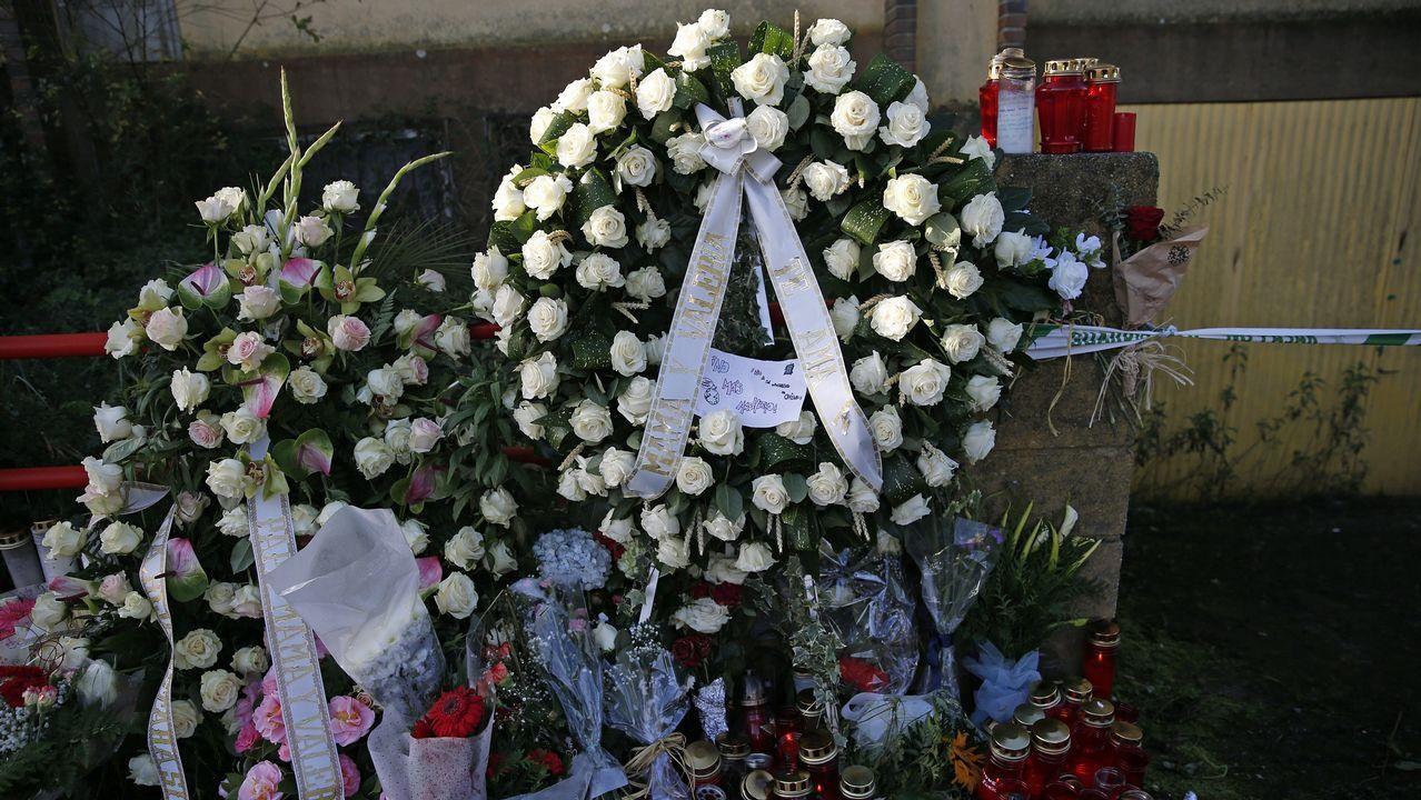 Flores en la nave de Asados donde apareció el cadáver de Diana Quer