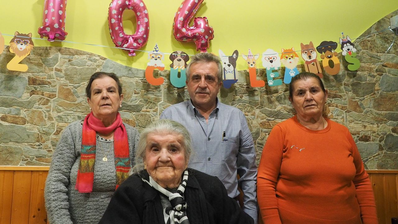 Los niños visitan a los Reyes Magos en el pabellón polideportivo de Milladoiro, Ames.Nieves Cabo, de 82 años y residente en Porta do Camiño, se convirtió en la primera vacunada de toda Galicia