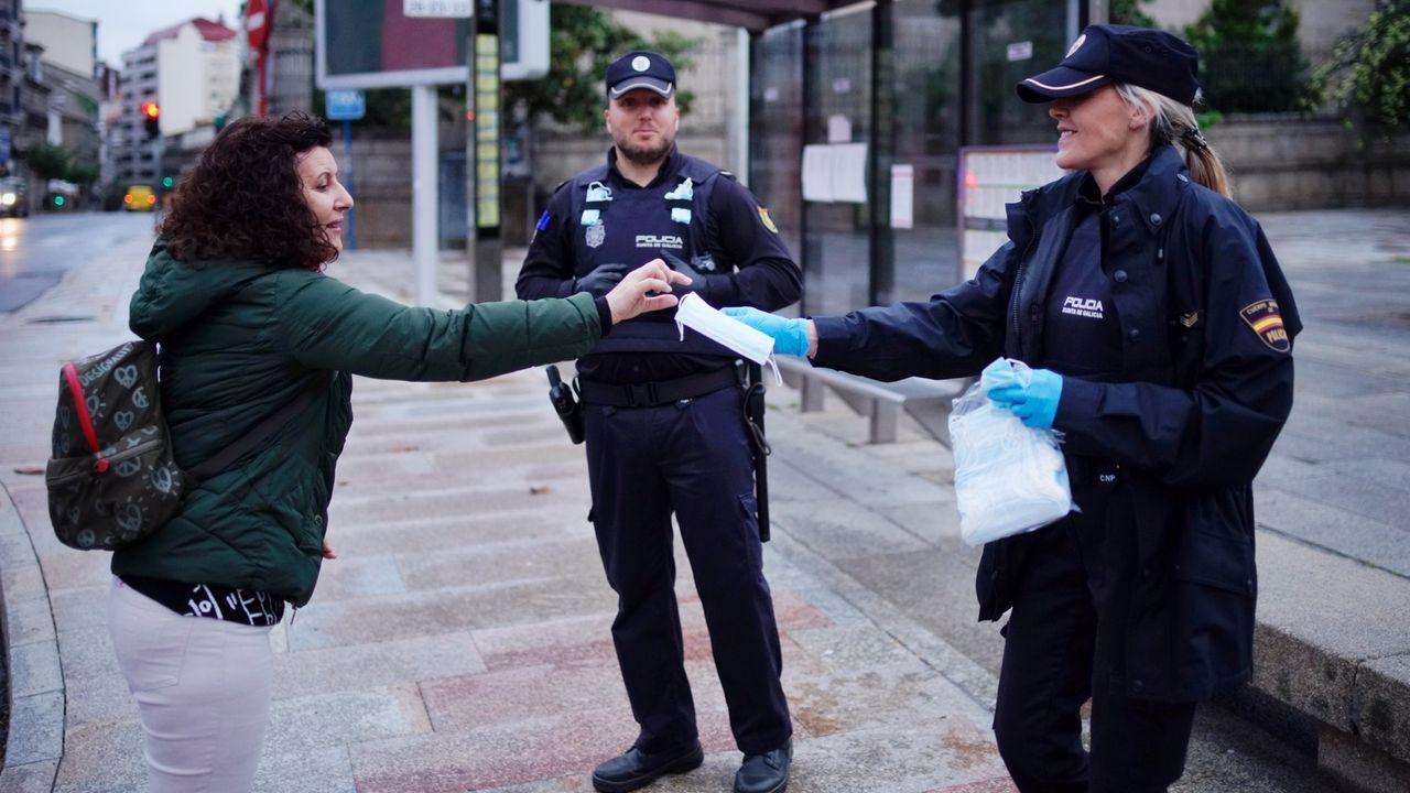 La Policía Nacional reparten mascarillas a usuarios del autobús de Ourense