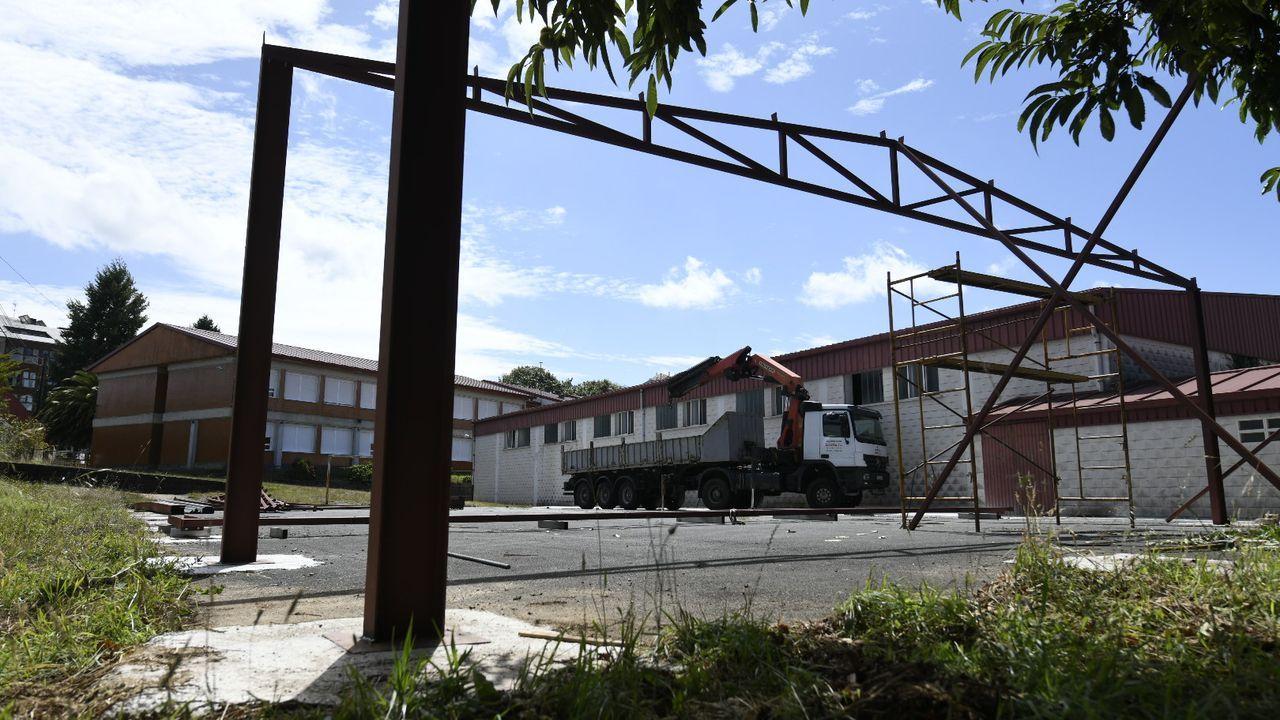 Trabajos de montaje de la nave con la que se cubrirá un patio en el CEIP Figueiroa de A Estrada