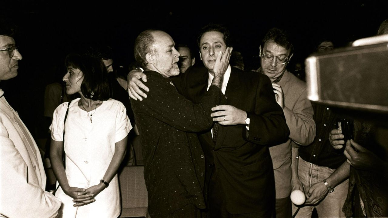Abrazando a Carlos Príncipe después de que este fuera proclamado alcalde