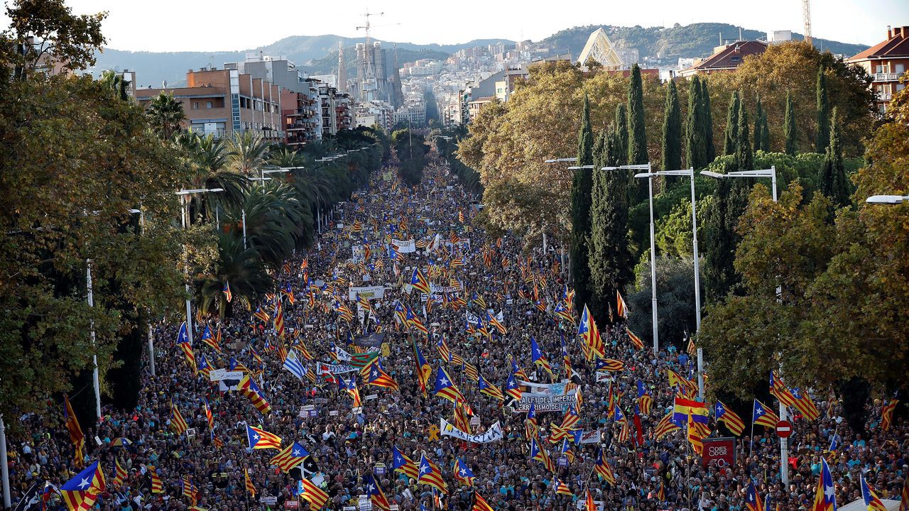 Puigdemont llega a los juzgados que estudiarán hoy la reactivación de la euroorden.Disturbios en Barcelona el 26 de octubre