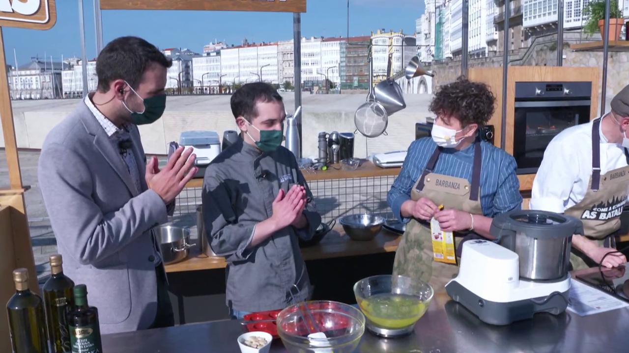 Fran Cañotas e Manuel Garea (centro) supervisan a elaboración da sobremesa coa cociñeira Irene Amado