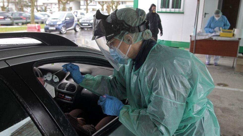 Una enfermera en el punto de toma de muestras para pruebas de covid-19 en el aparcamiento del hospital de Monforte