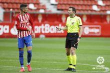 Borja López y el árbitro del partido del Sporting