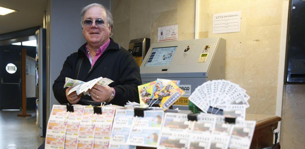 Concentración de trabajadores de la ONCE.José Manuel Magariños, en su puesto de Montecelo, donde además de vender ejerce de auténtico servicio de información.