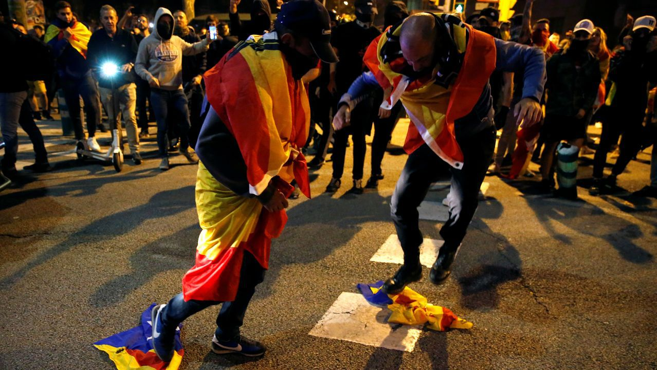 Dos manifestantes pisan sendas esteladas, durante una de las concentraciones de este jueves