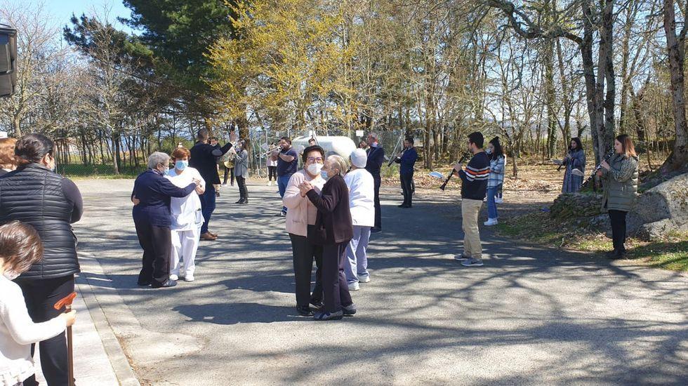 Las fotos del incendio de Marcelle, en Monforte.Algúns maiores saíron da residencia cando pasou a banda e puxéronse a bailar