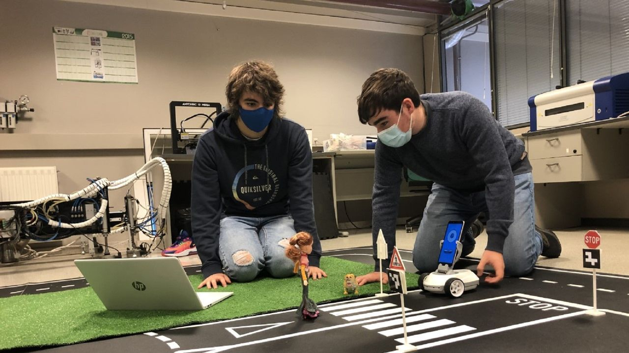 El fin de un negocio histórico en Betanzos.Hugo Freire Blanco y  Raúl Caneiro, del IES Concepción Arenal de Ferrol, en un ensayo con el robot Robobo traballan co robot educativo Robobo