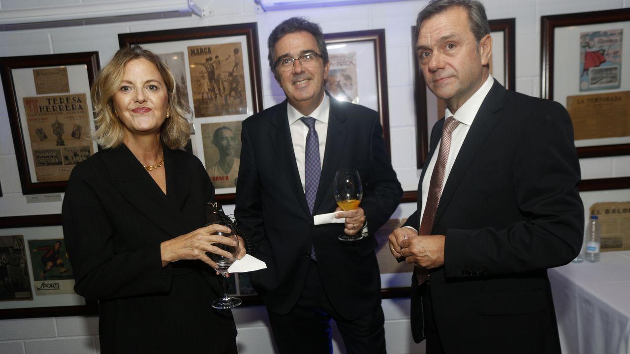 Flora Pérez Marcote, vicepresidenta de la Fundación Amancio Ortega charla durante el cóctel con José Arnau, consejero delegado de Pontegadea y con Roberto Tojeiro, consejero delegado de Gadisa