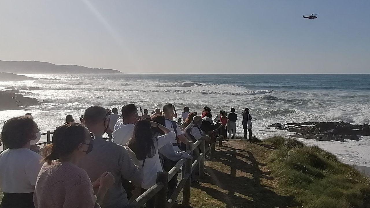 El surf retoma su actividad en Oleiros.El helicóptero Helimer, durante el rescate en la playa de Repibelo