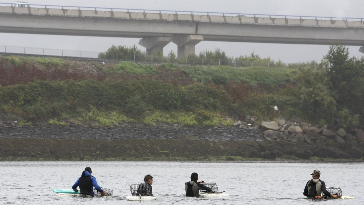 Retirada del coche de Manuel Rodríguez Eiroa en el puerto de Laxe.Foto de archivo de mariscadores furtivos en la ria de Ferrol