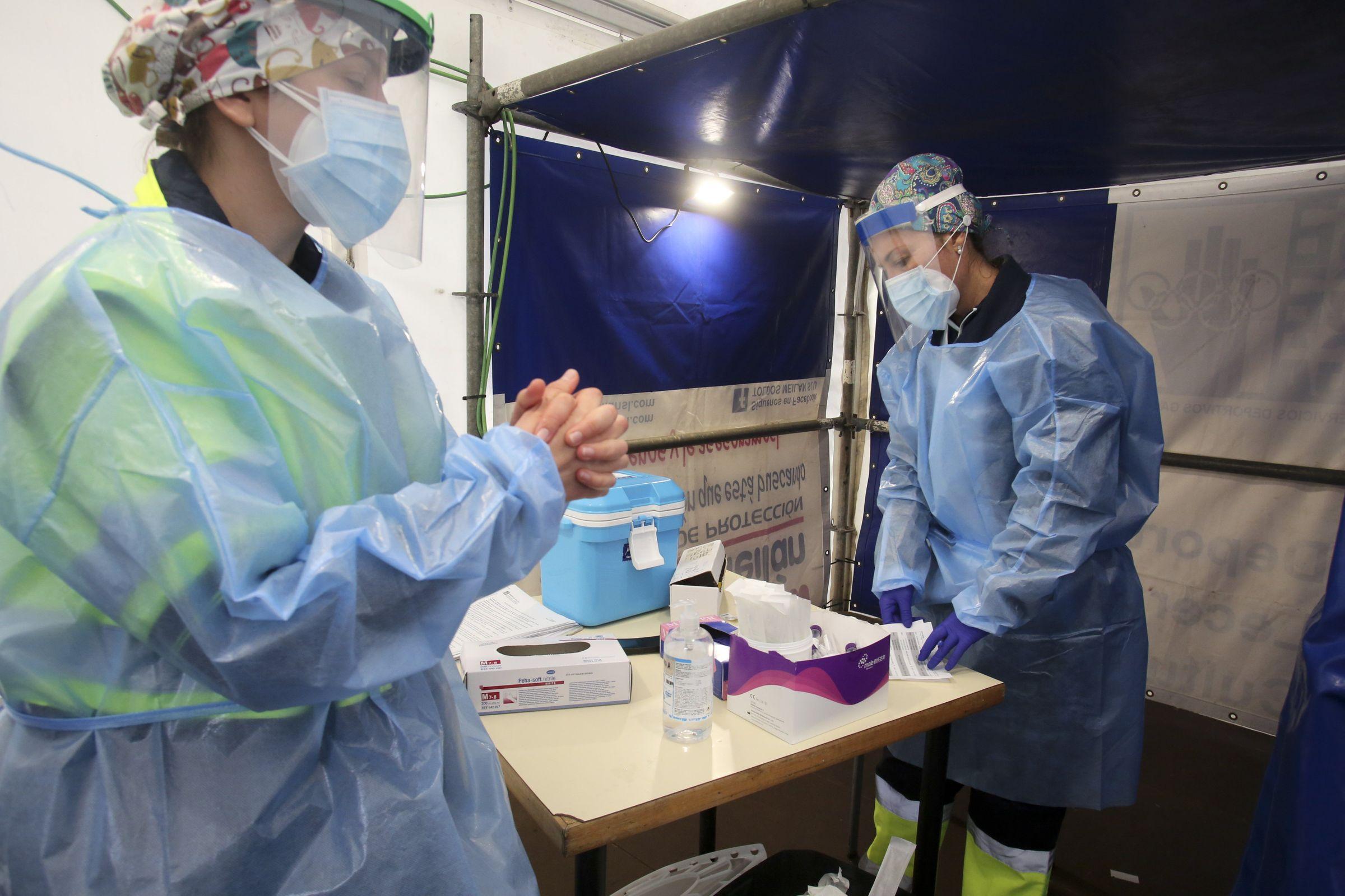 Personal del Área Sanitaria de Ferrol realizando PCR en el hospital Novoa Santos