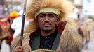 El cantante etíope Hundessa vestido con un traje tradicional de su etnia