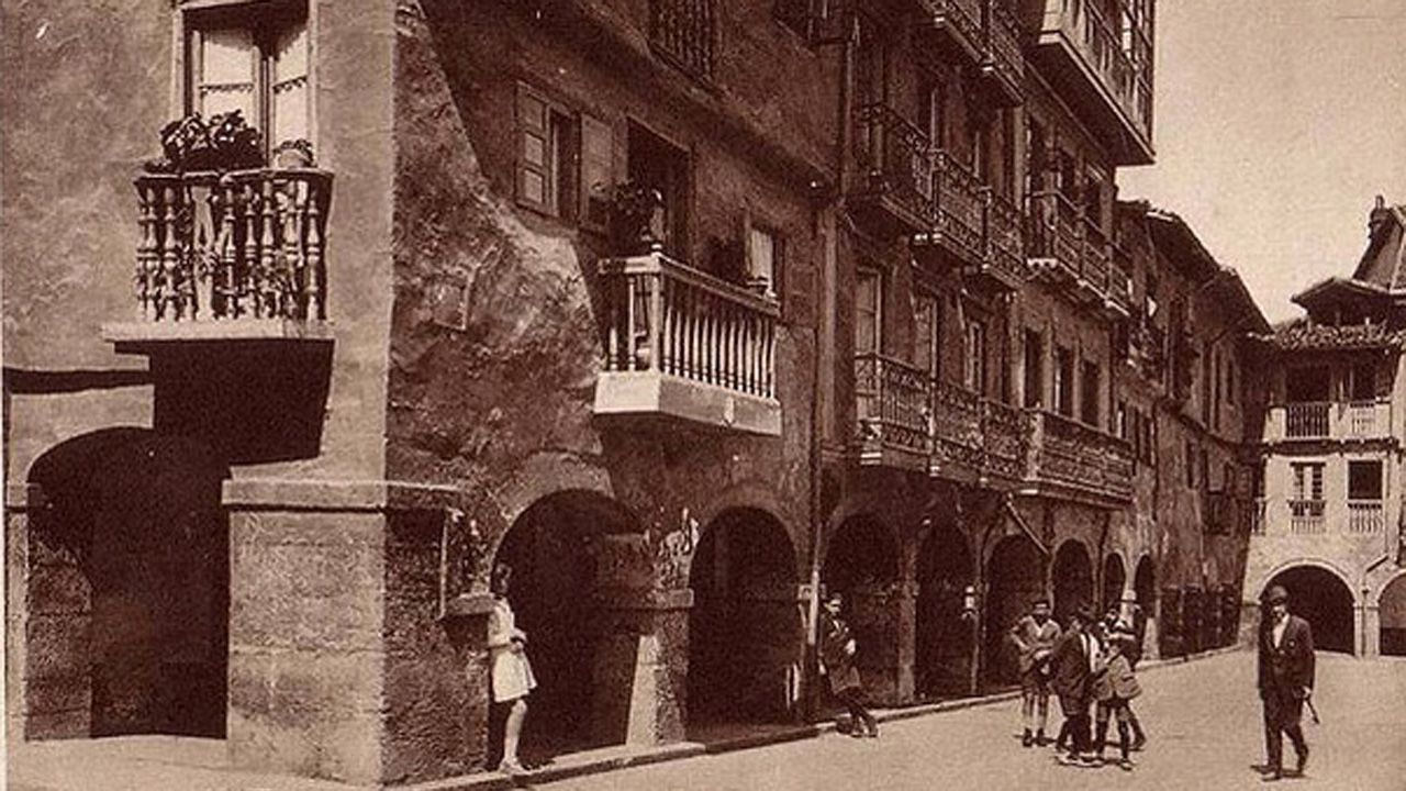 Plazuela de Alfonso IV, la actual plaza de la Catedral. Fue derribada en 1928