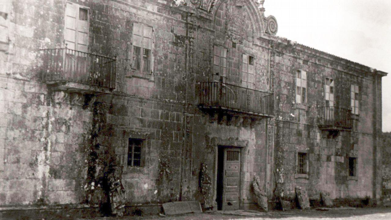 Detalle de la fachada del pazo de Ximonde con las dos estatuas del mestre Mateo apoyadas en los muros del edificio. Imagen tomada en 1945 por Miguel Durán-Loriga que se conserva en el Museo de Pontevedra