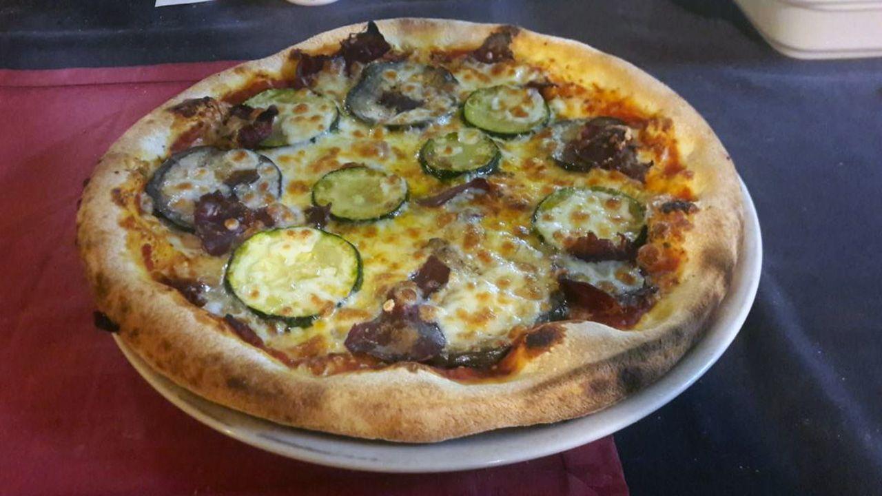 Pizza Luccana (cecina asturiana, calabacín, berenjena, tomate, orégano y mozzarella)