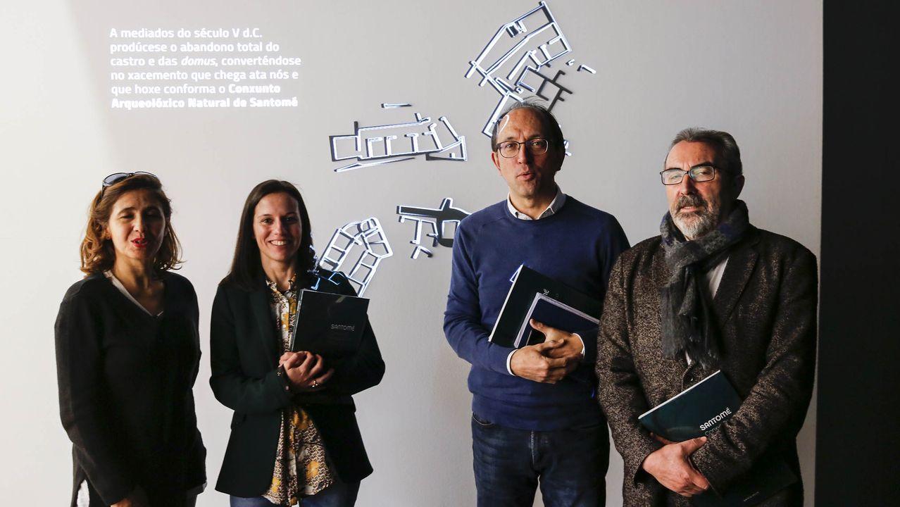 El Circuito da Caramiña de BTT, muy exigente.Alberto Ardid, tercero por la izquierda, junto a las artistas también premaiadas Yolanda Ríos y las de Conjuntos Empáticos; y miembros de la organización y del Museo do Mar