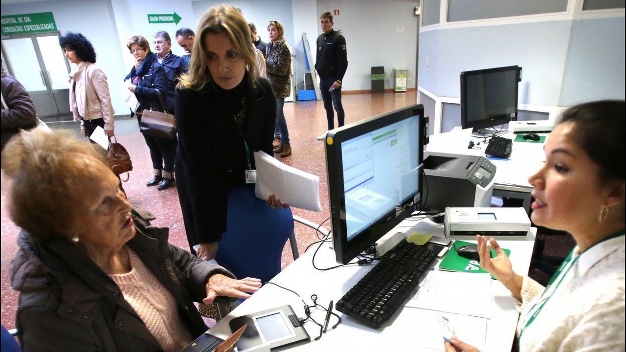 Una señora tramita el cambio de hospital en Povisa