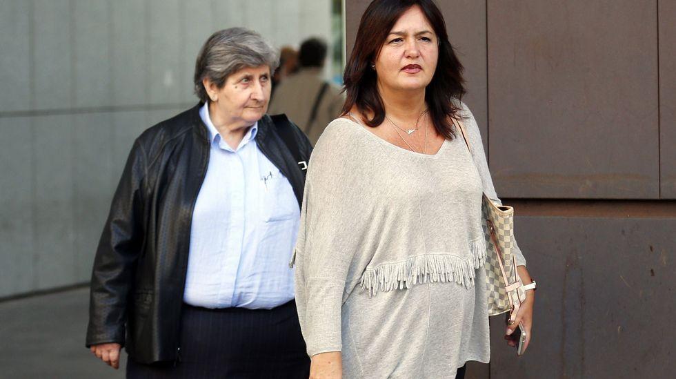 La ex directora regional de Educación María Jesús Otero (i) y la funcionaria Marta Renedo Avilés (d) a su salida de la Audiencia Provincial de Oviedo