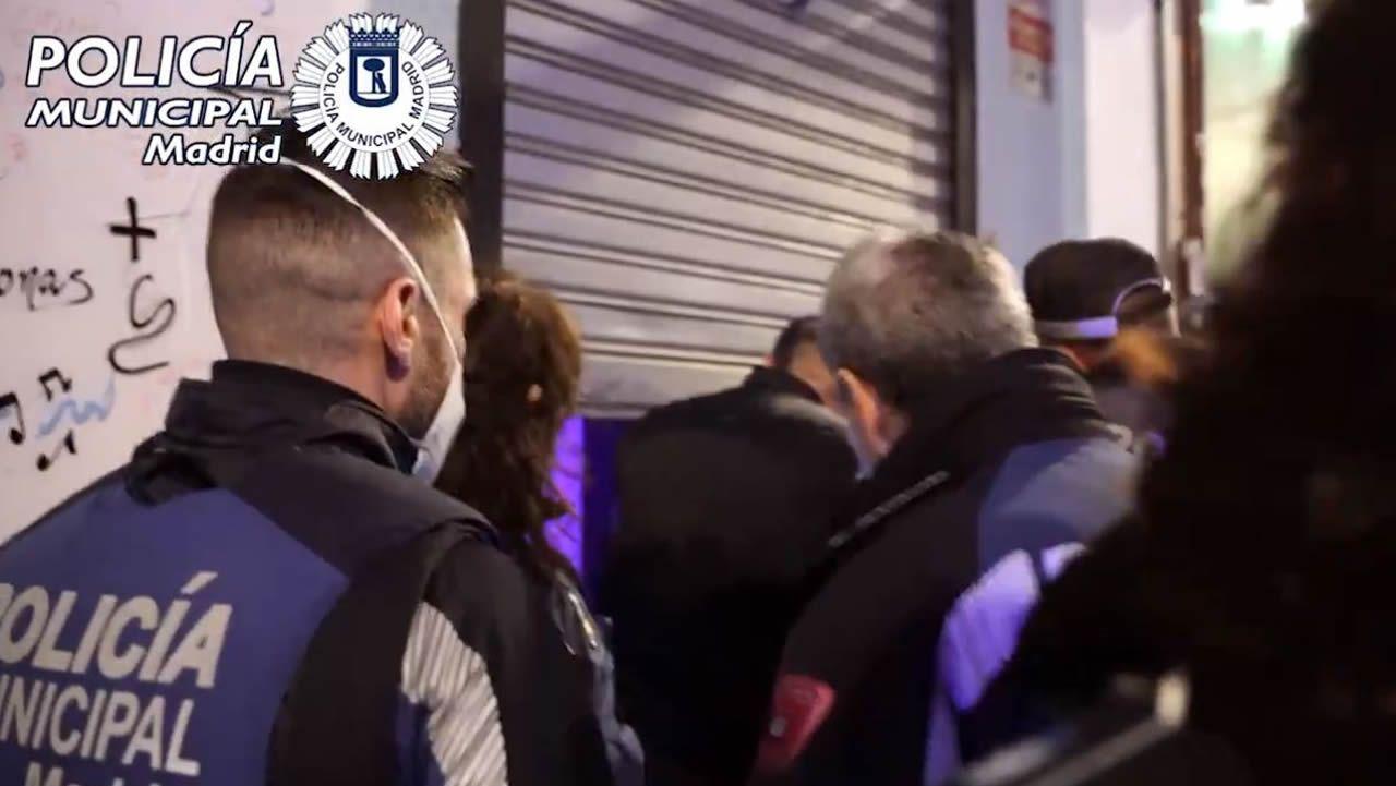 Rodri Ríos realiza un remate ante la oposición de Berrocal en el amistoso ante el Mirandés