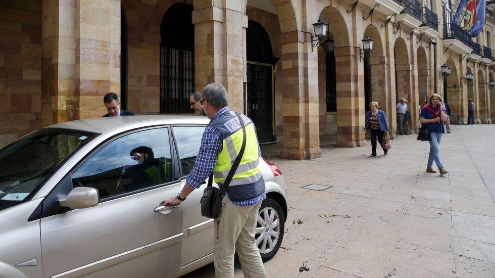 Fábrica de Armas Fábrica de La Vega.Agentes de la UDEF, tras registrar el Ayuntamiento de Oviedo