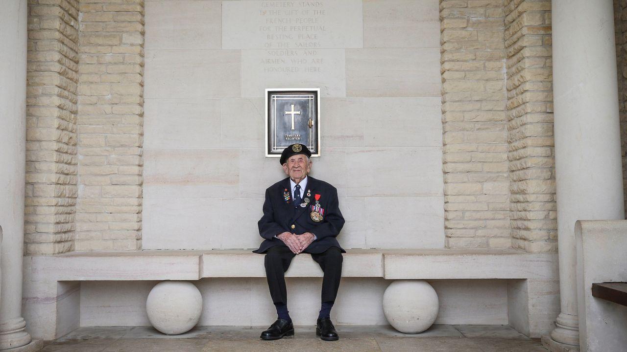 Victor Urch, veterano de guerra de 94 años, posa en el cementerio de Bayeux. Sirvió en la Armada Real como artillero durante el desembarco en la playa Juno