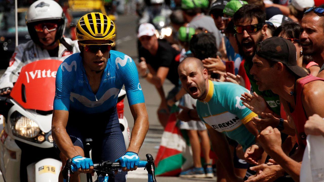 Alberto Contador se impone en el Angliru, en la Vuelta a España. El ciclista español Mikel Landa, del equipo Movistar, compite durante la decimonovena etapa del Tour de Francia
