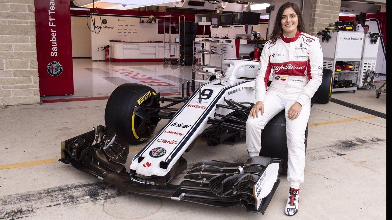 Tatiana Calderón posa junto al Alfa Romeo Sauber F1
